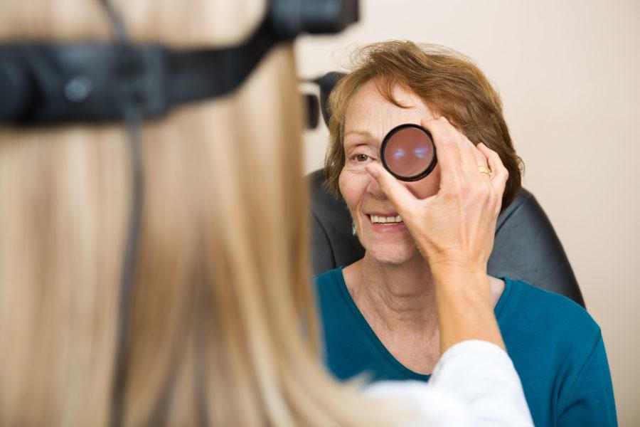 Mulher idosa sendo examinada por uma oftalmologista para ver se tem retinopatia diabética