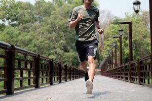 Homem correndo ao ar livre representando como correr pode fazer mal aos joelhos.